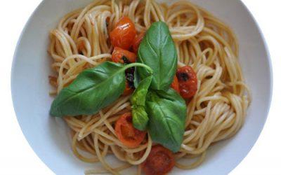 Espaguetis con tomate y albahaca